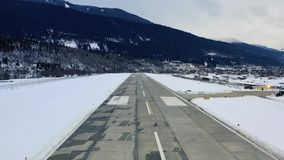离开山腰机场,冬日,4k的跑道的飞机的POV 股票视频