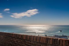 离开巴塞罗那的港口游轮在一个晴朗的春日 免版税库存照片