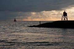 离开帆船的荷兰语夜间港口 图库摄影