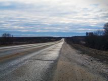 离开往天际的高速高速公路通过平的地形 库存照片