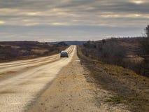 离开往天际的高速高速公路通过平的地形 库存图片