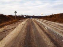 离开往天际的高速高速公路通过平的地形 免版税库存照片