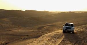 离开徒步旅行队迪拜- 4x4的图象在沙子的 库存照片