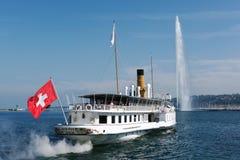 离开日内瓦港口的蒸汽小船 免版税库存图片