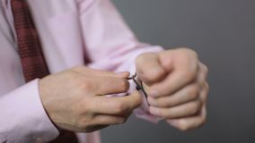 离开昂贵的机械手表,商人脱下衣服的男性手 股票录像