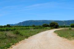 离开权利,在距离的山,清楚的午间天空的宽乡下公路 Somontano de巴瓦斯特罗 库存照片