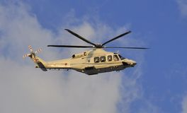 离开梵蒂冈的教皇本笳十六世直升机 免版税图库摄影
