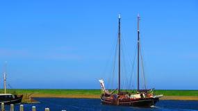 离开港口的传统荷兰帆船 库存照片