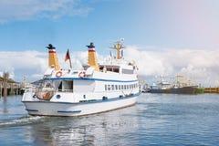 离开港口的游览小船在叙尔特岛,德国海岛  库存照片
