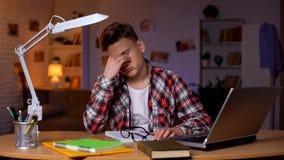 离开玻璃的疲倦的年轻学生,感觉用尽,缺乏能量 库存图片