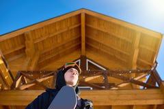 离开瑞士山中的牧人小屋议院的挡雪板 免版税库存照片