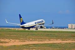 离开瑞安航空公司的飞行从阿利坎特机场 库存照片