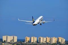 离开瑞安航空公司的飞行从阿利坎特机场 图库摄影