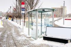 离开的公共汽车站在一斯诺伊天 免版税库存图片