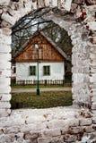 离开的村庄房子和废墟 库存图片