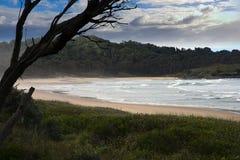 离开的海滩和海湾背景 免版税库存照片