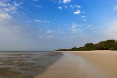 离开的海滩在Orango海岛在日落的,在几内亚比绍 Orango是Bijagos群岛的一部分 免版税图库摄影
