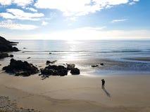 离开的海滩的一个人 免版税库存图片