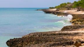 离开的海滩 与岩石的海滩 图库摄影