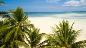 离开的热带海滩空中射击  库存照片