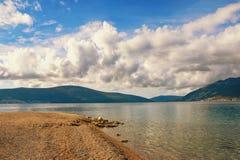 离开的秋天海滩的宁静 亚得里亚海,蒂瓦特,黑山 免版税库存照片