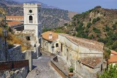 离开的胡同在西西里岛海岛上的老萨沃卡村庄 意大利 库存照片
