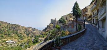 离开的胡同在西西里岛海岛上的老萨沃卡村庄 意大利 图库摄影