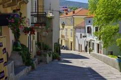 离开的街道在历史的Vrbnik的中心在Krk海岛上的2017年4月30日 克罗地亚 库存照片