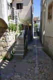 离开的街道在历史的Vrbnik的中心 克罗地亚 免版税库存照片