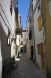 离开的街道在历史的Vrbnik的中心 克罗地亚 免版税图库摄影