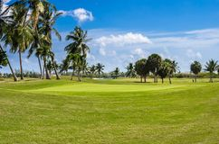 离开的高尔夫球场在一个清楚的春日 图库摄影