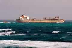 离开端口的散装货轮 免版税图库摄影