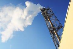 离开管道天空烟的蓝色气体 免版税图库摄影