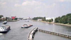 离开运河船坞的小船在晴天 股票录像