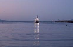 离开维特纳港口黎明的渔船 免版税图库摄影