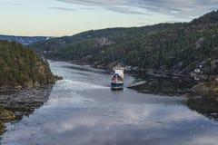 离开ringdalsfjord的货船 库存图片