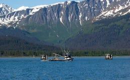 离开seward的口岸一个渔船 免版税库存图片