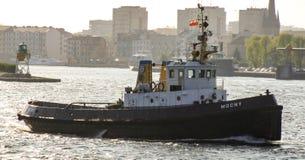 离开Swinoujscie海港的小船 免版税库存照片