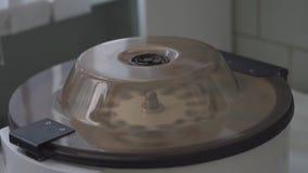 离心机转动小瓶在实验室试验的液体 影视素材