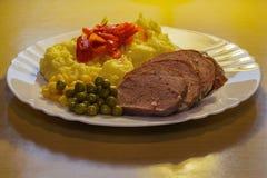 禽畜削减了菜和土豆饲料全景 免版税图库摄影