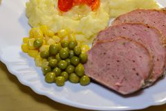 禽畜裁减菜和土豆饲料 免版税图库摄影