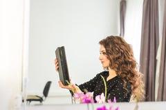 秀丽、发型和人概念-有精整发型的愉快的少妇在沙龙 免版税库存图片