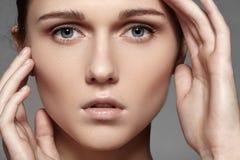 秀丽、skincare &自然构成。 与纯皮肤,干净的脸的妇女模型表面 免版税库存图片