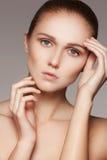 秀丽、skincare &自然构成 与纯净的皮肤,干净的脸的妇女式样面孔 免版税库存照片