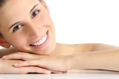 秀丽与完善的白色微笑的妇女画象 免版税库存照片