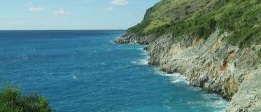 秀丽与岩石和明白蓝色海水的海风景 股票录像