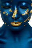 秀丽与蓝色皮肤和金嘴唇的时装模特儿 库存图片