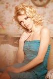 20秀丽世纪回顾展复核s妇女xx 一个美丽的微笑的blondy女孩的面孔 免版税库存图片
