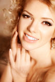 20秀丽世纪回顾展复核s妇女xx 一个美丽的微笑的blondy女孩的面孔 免版税库存照片