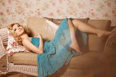 20秀丽世纪回顾展复核s妇女xx 一个年轻美丽的微笑的blondy女孩的面孔 免版税库存图片